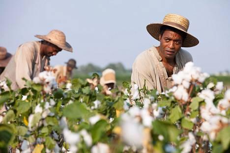 Chiwetel Ejiofor esittää miestä, joka joutuu orjaksi puuvillapelloille.