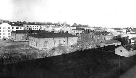 Entisen Kätilöopiston vanhat talot puretaan, ja paikalle kohoaa Neuvostoliiton kaupallisen edustuston toimitalo.