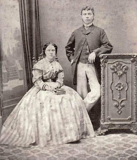 Annie Chapman miehineen valokuvassa vuonna 1869. Chapham joutui myöhemmin Viiltäjä-Jackin uhriksi.