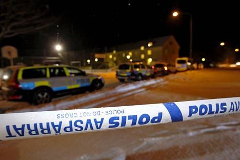 Poliisit eristivät vastaanottokeskuksen lauantaina Pohjois-Ruotsissa, kun turvapaikanhakijoiden keskuudessa sattui kuolemaan johtanut puukotus.
