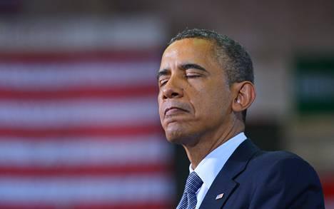Presidentti Obama liikuttui puhuessaan aselakien tiukennusten puolesta Hartfrordin yliopistolla Connecticutin osavaltiossa maanantaina.