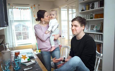 Ave (vas.), Anton ja Antti Häkli kotonaan Tallinnassa.