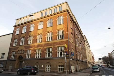 Lapset leikkivät korttelihippaa Töölön ala-asteen koulun ympäristössä Taka-Töölössä, kun iäkäs mies epäilysten mukaan hyökkäsi 8-vuotiaan pojan kimppuun.