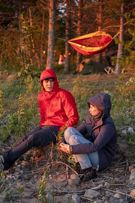 Aleksi Rantanen ja Milla Rasila katselivat auringon laskua kovassa tuulessa.