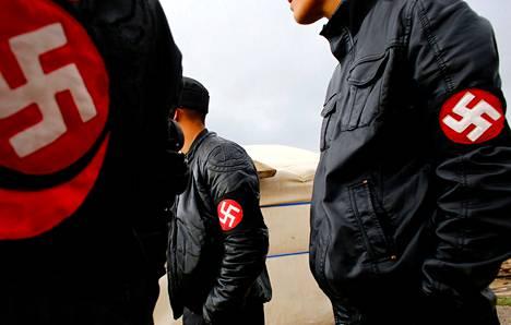Mongolialaisen uusnatsiryhmä Tsagaan Khassin jäsenet kävivät kesäkuussa Ulan Batorin lähellä louhoksella kuulustelemassa työntekijöitä. Ryhmän mukaan ulkomaiset kaivosyhtiöt riistävät Mongoliaa.