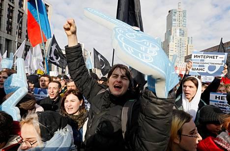 Ihmiset osoittivat mieltään internetin rajoittamista vastaan Moskovassa 10. maaliskuuta.