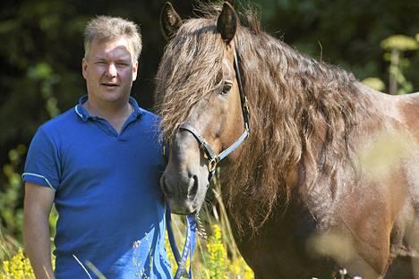Köppinen ja hevosta valmentava omistaja Jyrki Korhonen kotitilalla Siuntiossa heinäkuussa 2014.