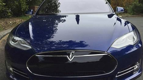Model S -auton automaattiohjaus kykenee muun muassa vaihtamaan kaistaa, säätelemään auton nopeutta ja jarruttamaan.