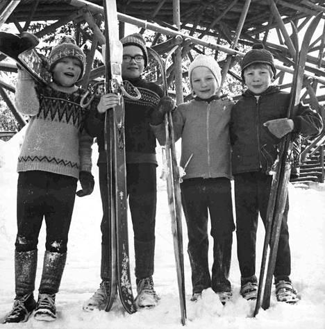 Perholehdon perheestä oli neljä edustajaa mäkipäivillä. Jarmo (vas.), Jari, Maarit ja Jorma. Jarmo pääsi mitaleille ja Maarit sai tyttöjen sarjassa lusikan.