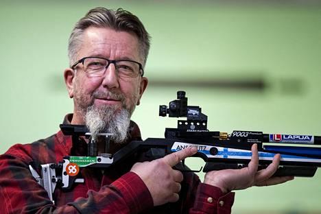 Juha Hirvi toivoo, että nuoret ampujat ottaisivat harjoittelun vakavasti. Vain sitä kautta tulee tulosta.