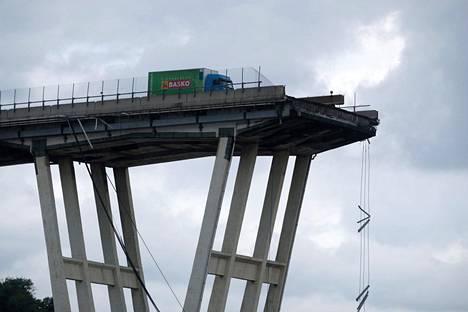 Tämä kuorma-auto oli niukasti välttänyt putoamisen sillalta.