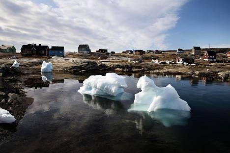 Jäävuoret ajelehtivat elokuun lopussa Oqaatsutin kylän edustalla Grönlannin rannikolla.
