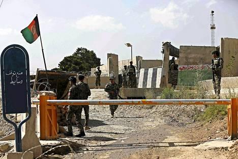 Afganistanin armeijan sotilaat vartioivat Camp Qarghan sotilastukikohdan portilla tiistaina.