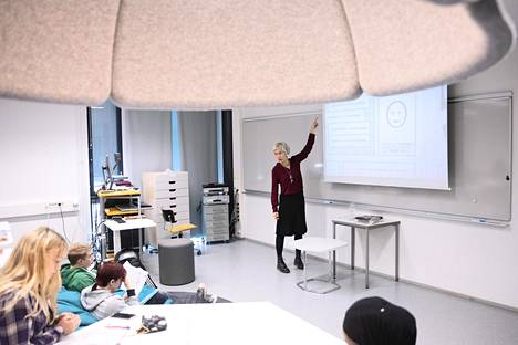 Äidinkielen opettaja Satu Kiiskinen Tikkurilan lukiossa vuonna 2019.