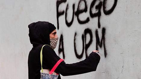 UPM:n uutta tehdasta vastaan on syntynyt Uruguayssa kansanliike. Aktivisti osoitti mieltään yhtiötä vastaan Montevideossa marraskuussa.