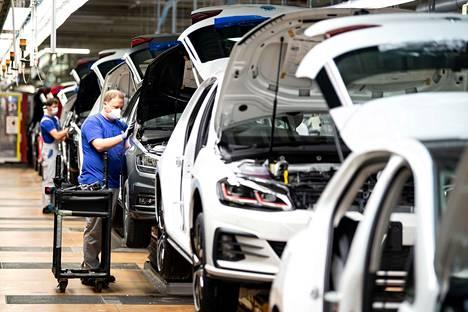 Saksan autoteollisuus on ollut vaikeuksissa jo pitkään ennen koronaviruspandemiaa. Autoa kokoava työntekijä käytti maskia Volkswagenin tehtaalla Wolfsburgin kaupungissa Saksassa huhtikuussa.