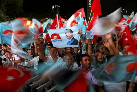 Erdoganin kannattajat juhlivat vaalivoittoa Ankarassa sunnuntai-iltana.