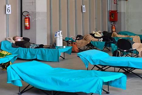 Koronaviruspotilaat lepäävät Brescian sairaalan väliaikaisissa tiloissa.