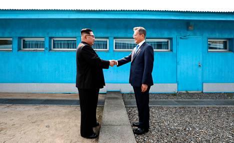 Kim Jong-un ja Moon Jae-in kättelivät Koreoiden välisen rajalinjan yli Panmunjomissa perjantaina.