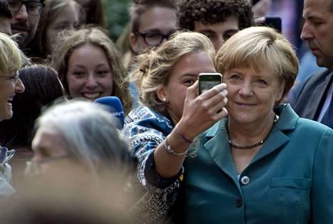 Angela Merkel kampanjoi tiistaina syyskuun liittopäivävaaleja varten Berliinissä. Opiskelija kuvasi itsensä liittokanslerin rinnalla.