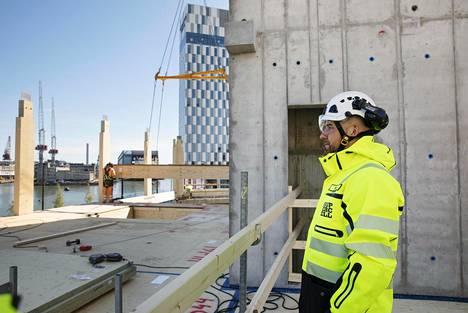 Supercellin toimistotalo nousee näkyvälle paikalle Jätkäsaaren sisääntuloväylän varteen. Projektipäällikkö Janne Saarinen on tyytyväinen uuden toimistotalon sijaintiin.