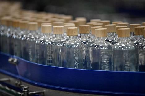 Vodka-tuotantoa Altian Rajamäen alkoholijuomatehtaalla Nurmijärvellä