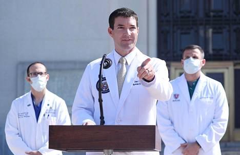 Presidentin lääkäri Sean Conley on vakuuttanut presidentin voivan hyvin.