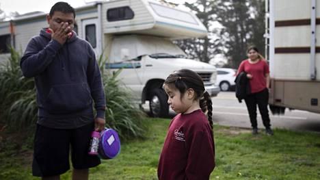 Kokki Melvin Cañas lähtee viemään tytärtään Cynthiaa kouluun.