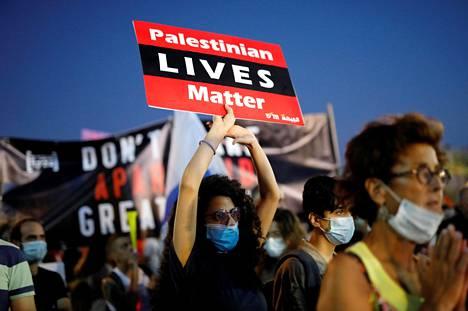 Mielenosoittajat vastustavat aikeita siirtää osia Länsirannasta osaksi Israelia. Kuvassa mielenosoittajia Tel Avivissa 6. kesäkuuta.