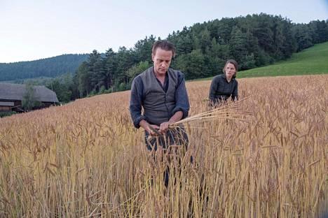 August Diehl esittää itävaltalaista maanviljelijää Franz Jägerstätteriä, joka kieltäytyi vannomasta uskollisuusvalaa Hitlerille. Valerie Pachner on hänen vaimonsa Fani.