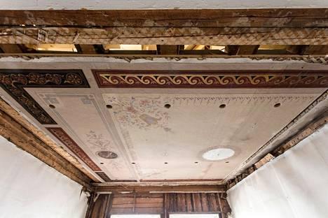 Kun portaikolle avattiin väylää ullakolle,  paljastui kattomaalaus. Se päätettiin säilyttää ja siirtää toiseen paikkaan.