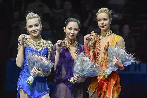 Elizaveta Tutamusheva (kesk.) juhli maannaistensa Jelena Radionovan (vas.) ja Anna Pogorilajan kanssa kolmoisvoittoa Tukholman EM-kisoissa.