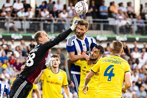 HJK:n Hannu Patronen ei onnistunut puskemaan palloa ohi Bate Borisovin maalivahdin Denis Scherbitskin Mestarien liigan karsintaottelussa Helsingissä.
