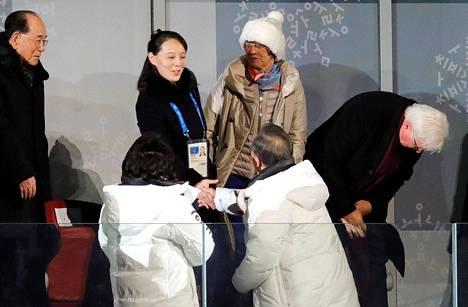 Pohjois-Korean nimellinen valtionpäämies Kim Young-nam (vas.) katseli, kun Pohjois-Korean diktaattorin pikkusisko Kim Yo-jong kätteli Etelä-Korean presidenttiä Moon Jae-iniä.
