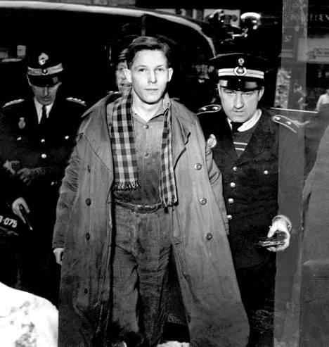 Kaksi poliisia Palle Hardrupia pidättämässä vuonna 1951.