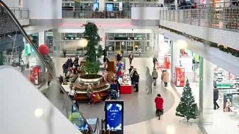 Selvä enemmistö HS:n kyselyyn vastanneista kertoi olevansa huolissaan viruksesta. Kulutustutkijan mukaan kulutuskysyntä patoutuu sitä enemmän, mitä kauemmin poikkeukselliset olosuhteet kestävät. Asiakkaita kauppakeskus Jumbossa joulukuussa.