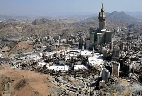 Mekan suuren moskeijan viereen on rakennettu seitsemän tornitalon rakennuskompleksi hotelleineen ja kauppakeskuksineen. Vuonna 2012 valmistunut kellotorni on maailman toiseksi korkein rakennus.