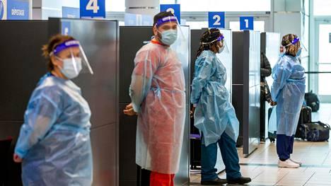 Terveydenhoidon työntekijät valmistautuivat tekemään matkustajille koronatestejä Toronton lentokentällä viime viikolla.