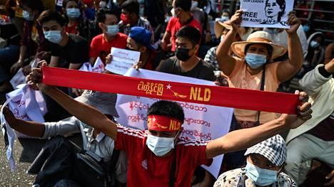 Mielenosoittajia Yangonissa sunnuntaina 7. helmikuuta.