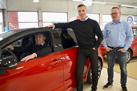 Timo (autossa), Mikko ja Juha-Matti Tamsi ovat tyytyväisiä siitä, että Maakunnan Auton asiakkaat ovat maan merkkiuskollisimpia.