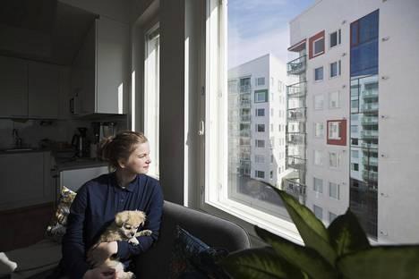 Oululainen Tiia Sillanpää, 27, asuu Ritva-koiransa kanssa kaikenikäisten palvelutalossa. Lipporantaan nousee kaikkiaan kymmenen yhteisöllisen asumisen kerrostaloa. Nyt valmiina on niistä neljä.