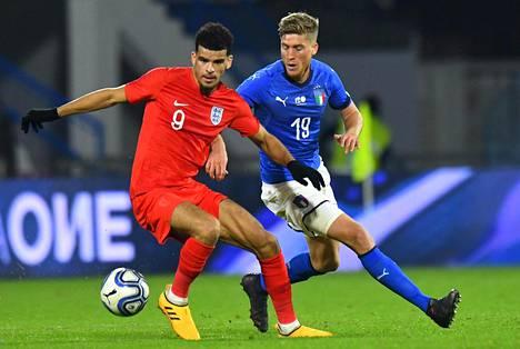 Dominic Solanke (edessä) teki kaksi maalia sekä Italiaa että Tanskaa vastaan.