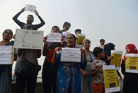 Aktivistit osoittivat mieltään raiskauksia vastaan Mumbaissa sunnuntaina.