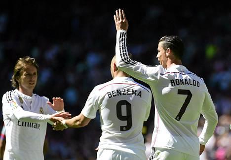 Luka Modric (vas.) ja Karim Benzema eivät pelaa tiistaina. Viikonloppuna hattutempun iskenyt Cristiano Ronaldo on pelikunnossa.