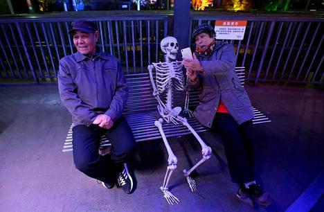 Kiinalaisnainen otti selfien luurangon kanssa Halloween juhlissa Pekingissä maanantaina.