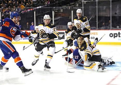 Tuukka Rask torjui New York Islandersin Brock Nelsonin maalintekoyrityksen Brooklynissa lauantaina.