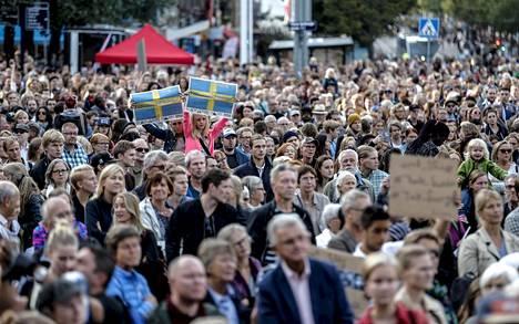 Ruotsin väestö on viime vuosina kasvanut ennen muuta maahanmuuton vauhdittamana. Kuvan mielenosoittajat olivat kokoontuneet toivottamaan pakolaiset tervetulleiksi Göteborgissa syyskuussa 2015.