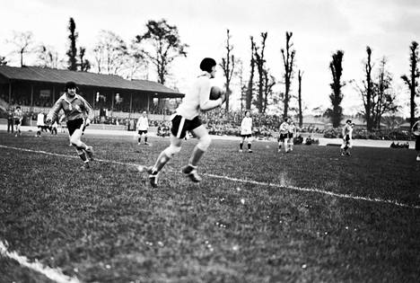 Preston Ladies FC (aiemmin Dick Kerr's Ladies) edusti Englantia naisten kansainvälisessä ottelussa Ranskassa vuonna 1925. Ranskalaismaalivahti torjumassa palloa.