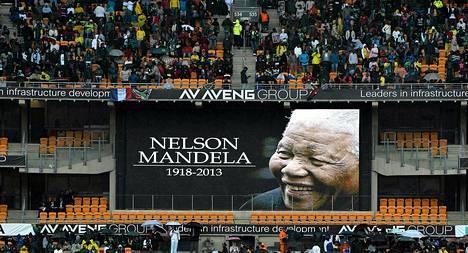 Yleisö kerääntyy Soweton jalkapallostadionille Nelson Mandelan muistojuhlaan