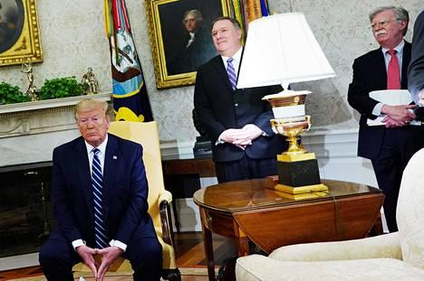 Yhdysvaltojen presidentti Donald Trumpin (vas.) hallinnon ulkoministeri Mike Pompeo ja kansallisen turvallisuuden neuvonantaja John Bolton kannattavat avoimesti sotaa Iranin kanssa.